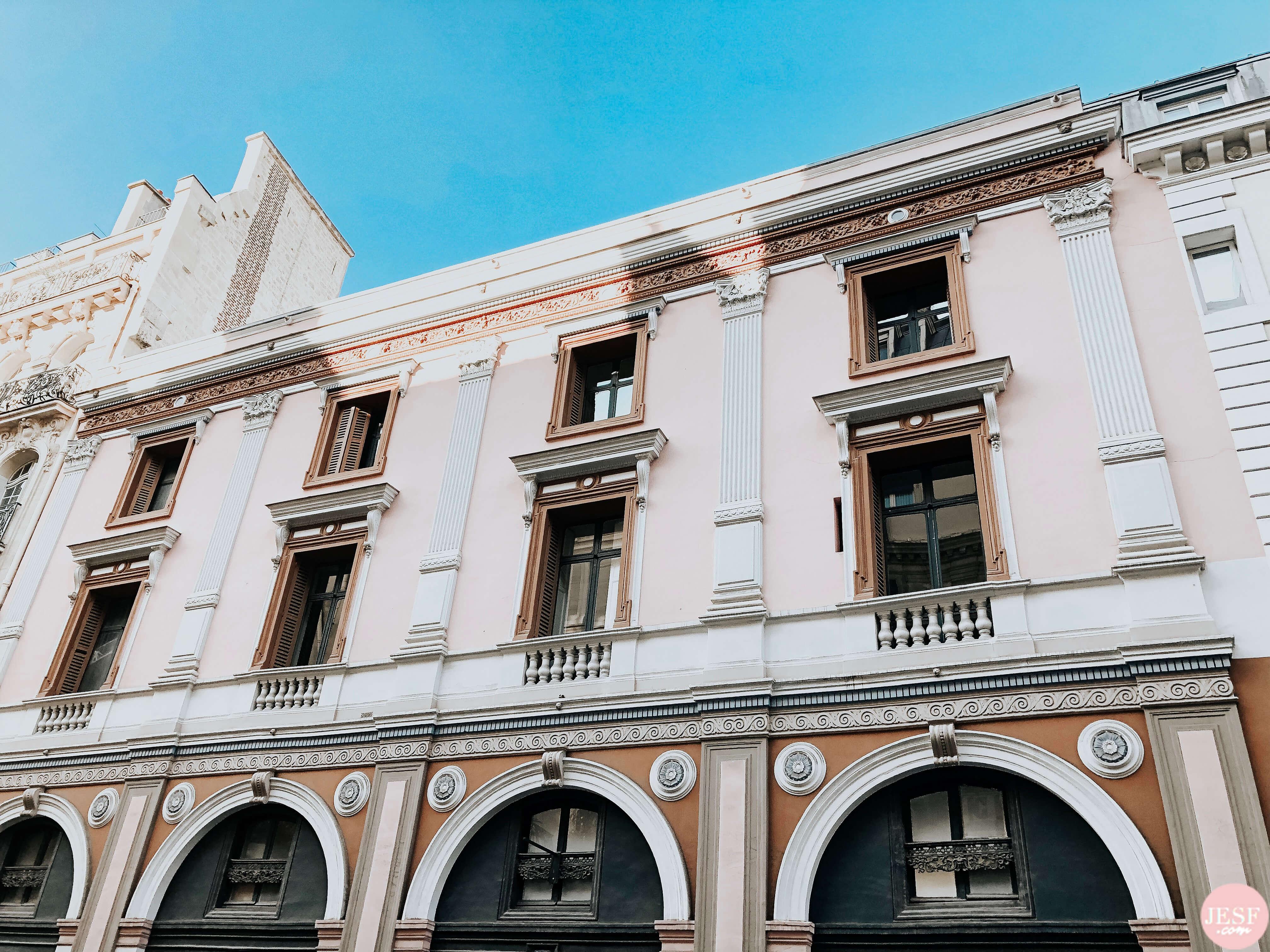 bâtiment-immeuble-rose-Paris