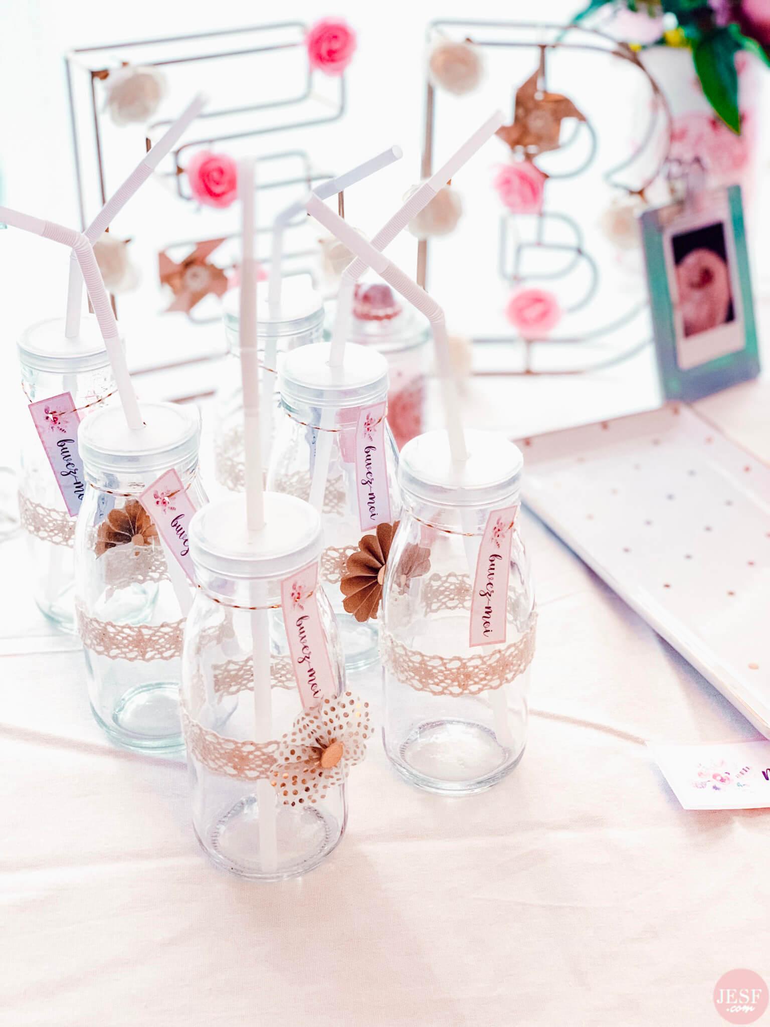fête-anniversaire-sweet-table-petite-fille-1-an-girly-rose-bouteilles-petites-décorées