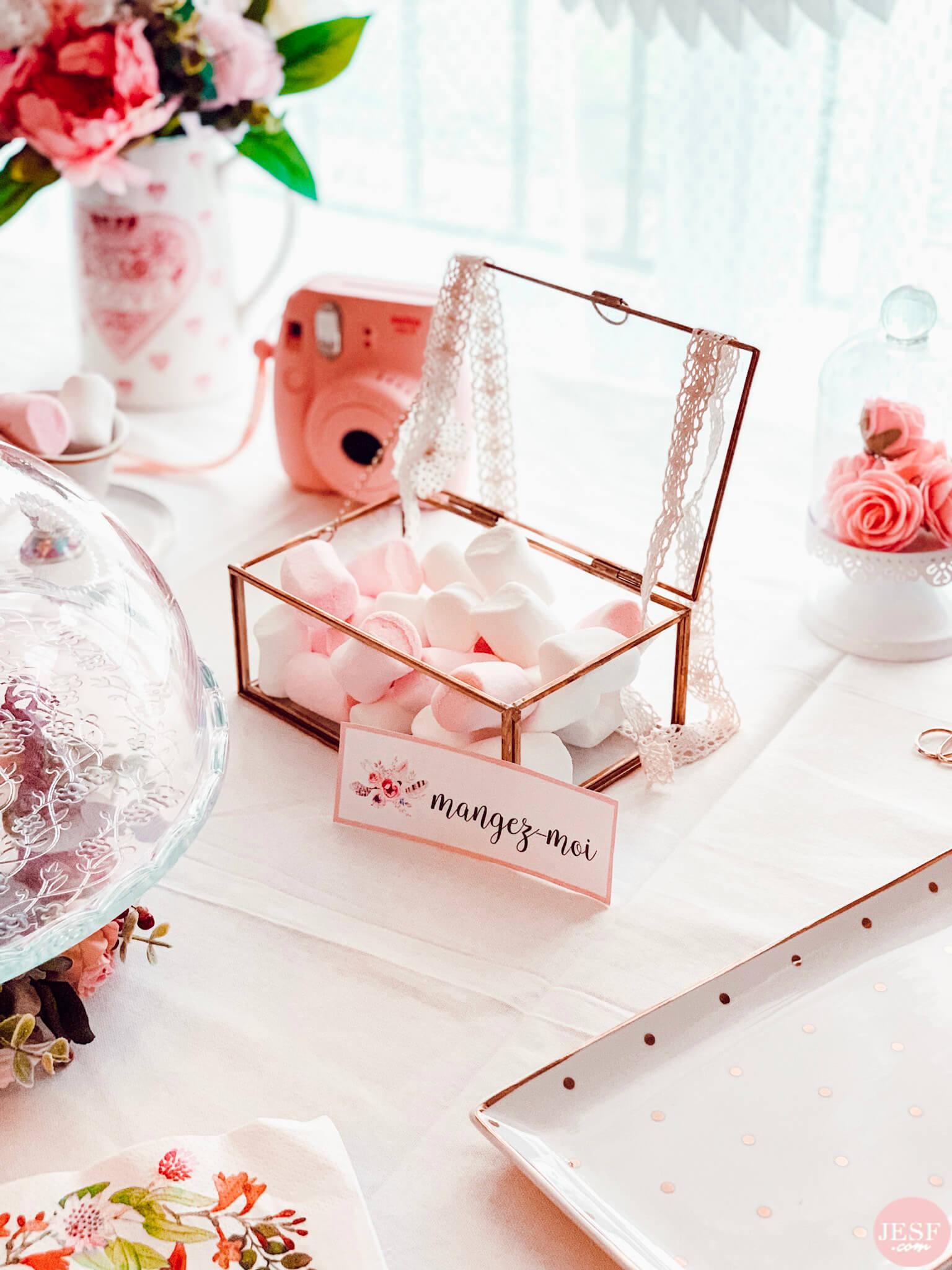fête-anniversaire-sweet-table-petite-fille-1-an-girly-rose-boite-dorée-étiquettes-personnalisées